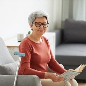 foto van rustende vrouw met boek
